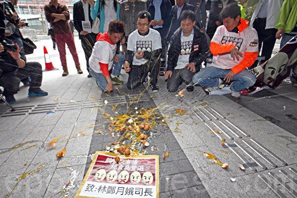 """绝食人士将鸡蛋丢在政府总部前,并以鸡蛋壳,堆砌成""""真普选""""字样,以展示争取真普选的决心。(潘在殊/大纪元)"""