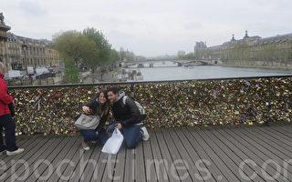 挂满爱情锁的艺术桥已经是巴黎最热门的景点之一,吸引了大批游客前来拍摄桥上的爱情连心锁或与各色爱情锁合影。(德龙/大纪元)