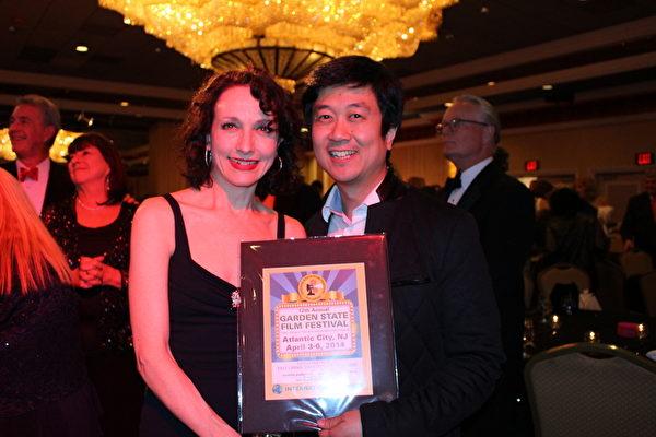 新澤西第12屆花園州國際獨立電影節特邀嘉賓著名演員畢比‧諾維爾甚(Bebe Neuwirth)和製片人Kean Wong。(劉一涵/大紀元)