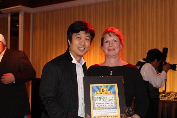 由新唐人電視臺和美國導演麥克‧波曼(Michael Perlman)聯合製作的記錄片《自由中國:有勇氣相信》(Free China: The Courage to Believe)在新澤西第12屆花園州國際獨立電影節中,榮獲最佳國際記錄片獎。圖為電影節創辦人Diane Raver和製片人Kean Wong在頒獎現場。(劉一涵/大紀元)
