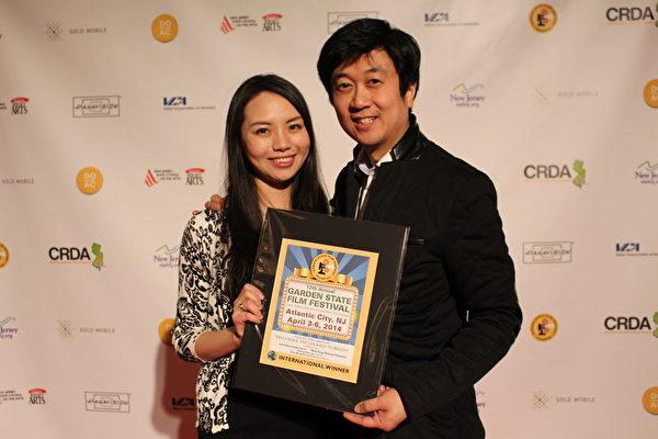 製片人Kean Wong和妻子在花園州國際電影節的頒獎晚宴上。(劉一涵/大紀元)
