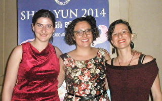Carmen、 Paula、 Elena(从左到右)是三位海洋生物学博士,这三位科学家也是好朋友。2014年4月11日晚,观看神韵世界艺术团的第三场演出,度过了美好难忘的时刻。(文华/大纪元)