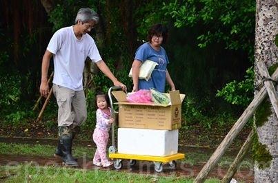 江映德全家送菜给幼儿园。(俩佰甲提供)