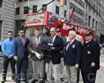 聯邦參議員舒默(前排左四)4月13日在華爾街公牛塑像前,呼籲國防部與紐約市合作,為從伊拉克和阿富汗返回的軍人、退伍老兵開始計劃舉辦「歡迎回家遊行」。文森特‧麥高恩(前排左三)、陳福強(前排左一)、柏克(右二)等退伍軍人參加了記者會。(王依瀾/大紀元)