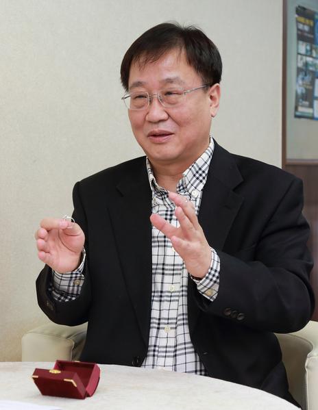 韩国willusionw钻石店代表沈愚燮能将钻石饰品放大到数倍以上的视觉效果。(全宇/大纪元)