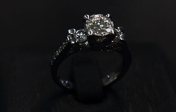 """韩国willusionw钻石店代表沈愚燮独创的""""以小变大""""的钻石镶嵌技术。(全宇/大纪元)"""