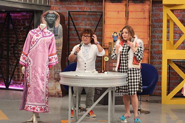 小甜甜(右)迷清宫剧,上网买下整套女主角若曦的衣服和饰品。(超视提供)