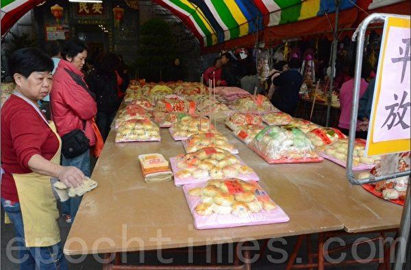 祭坛的平安龟摆满供桌。(宋顺澈/大纪元)