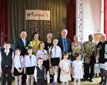 中華民國駐拉脫維亞代表葛光越(後排左1)夫婦應拉國波海扶輪社邀請,於當地時間11日下午參加「2014年弱勢兒童歌唱才藝競賽」並擔任頒獎貴賓。(駐拉脫維亞代表處提供)