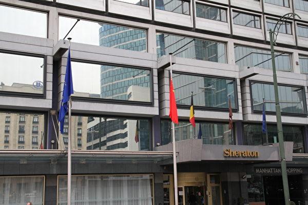 習近平出訪比利時下榻酒店前的一面中共血旗自動從旗杆頂端滑了下來,成為意指哀悼的「降半旗」。親眼目睹的現場華人表示,中共就要倒臺了。(大紀元)