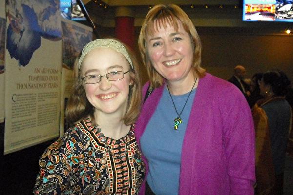 沃克女士带着女儿来观看伯明翰首场神韵演出,她们激动不已,交口称赞。(绍燕/大纪元)