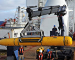 負責搜索失聯馬航的澳大利亞聯合協調中心於2014年4月15日表示,無人潛艇「藍鰭21號」進入印度洋搜索馬航6小時後,遇到超過深度限制的海域而啟動自動返航安全裝置,暫停搜索返回印度洋海面。圖為美國海軍於14日將「藍鰭21號」送入印度洋。(Mass/US NAVY/AFP)