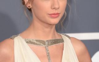 泰勒‧史薇芙特(Taylor Swift)齊劉海搭配時尚的側編發樣式,散發著典雅的韻味。(圖/Getty Images)