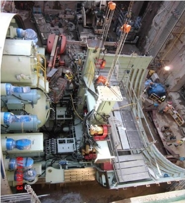 港鐵4月15日宣布高鐵香港段工程未能如期在2015年內完成估計,最少延誤9個月;延誤有三大原因,包括3月30日的黑雨,令高鐵錦田七星崗至大江埔村段的護土牆失效,地盤淹水,沙石夾雜雨水沖入隧道內,浸毀負責挖掘隧道的大型鑽挖機;另外兩個原因是出現在西九龍柯士甸站,石層比預計難度增加;深圳河濕地保護區有溶洞,也令工程有不同程度延誤。(港鐵提供)