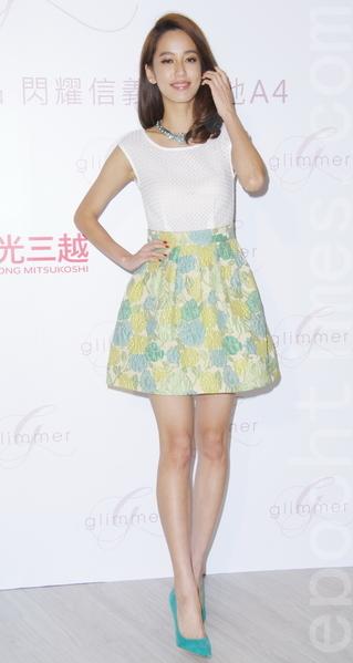 陳庭妮於2014年4月16日出席glimmer 國際時尚複合精品品牌開幕酒會,身著義大利品牌 reberto collina 浪漫迷人的春神花卉洋裝。(黃宗茂/大紀元)