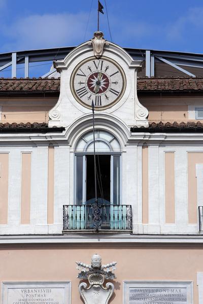 罗马教皇夏宫-冈道尔夫堡的正中楼顶一面意大利古式六分度时钟。(Franco Origlia/Getty Images)