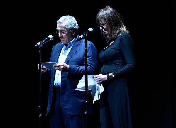 2014年4月16日,影展创办人罗伯特•德尼罗(左)与简•罗森塔尔在翠贝卡电影节开幕式上致辞。(Larry Busacca/Getty Images for the 2014 Tribeca Film Festival)