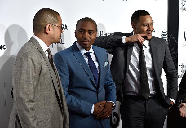 2014年4月16日,导演One9(左)、说唱音乐人纳斯(中)与编写者埃里克•帕克出席其纪录片作品——翠贝卡电影节开幕片《Time Is Illmatic》在纽约贝肯剧院的首映式。(Larry Busacca/Getty Images for the 2014 Tribeca Film Festival)