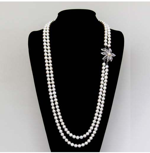 会打扮的女性们,倾向于挑选能带给她们端庄和优雅的珍珠宝石。(KOBE PEARL公司提供)