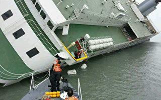 """16日上午8时58分许(韩国时间),载有475人的""""岁月""""号客轮(6825吨级)在韩国全罗南道珍岛海域沉没。图为2014年4月16日,搜救人员正在进行救援工作。(South Korea Coast Guard/AFP)"""