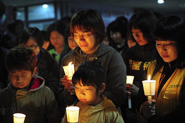當地時間4月17日晚,韓國民眾舉行集會,為在歲月號海難中失蹤的乘客祈福。據韓國媒體報導,歲月號是由於轉向過快,造成貨物移位,從而導致船身失去平衡而沉沒。(Truth LEEM/AFP)