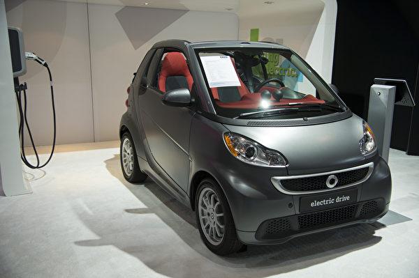 Smart新型电动车只能两人乘坐,不但车身更小,而且更省油,在高速公路每加仑可以跑38英里。它采用高安全性的车体结构,安全气囊等一应俱全。(戴兵/大纪元)