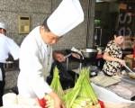 埔里农会举办美人腿节,邀请民众品尝筊白笋。(郭益昌/大纪元)