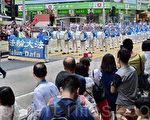 """香港法轮功学员20日在长沙湾举行""""四二五""""15周年反迫害集会游行,途中经过市中心旺角、尖沙咀,吸引了大批港民和大陆游客观看。1999年4月25日,超过一万名法轮功学员上访,向中共中央反映天津当局非法迫害天津四十多名法轮功学员一事,被国际社会一致公认是,近代中国有史以来最和平理性的上访事件。(宋祥龙/大纪元)"""