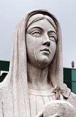 2005年10月31日,越南胡志明市,一个天主教教堂内的圣母玛利亚雕像落泪,数千人看到了这个奇迹。(AFP)
