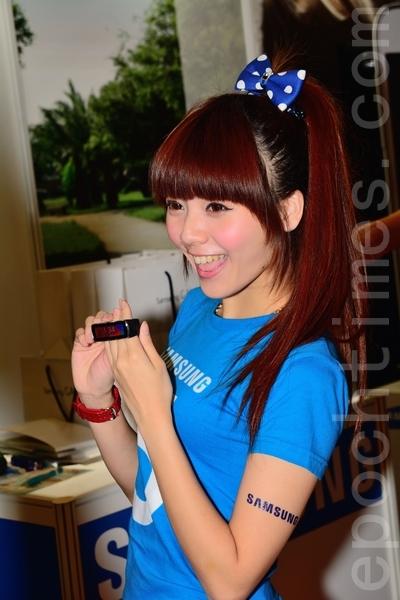 三星智慧手環Gear Fit,可與三星手機配對查看簡訊等通知。(方惠萱 /大紀元)