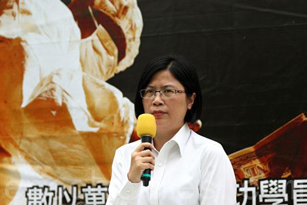 """香港法轮功学员4月20日在九龙长沙湾游场举行反迫害集会,纪念""""四.二五""""和平大上访15周年,多位香港民主派议员及学者到场声援,图为台湾法轮功人权律师团发言人朱婉琪。(潘在殊/大纪元)"""