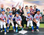 """2008年曾代表嘉义市参加传福杯的世贤国小棒球队,今日在校长何宪昌带领下到场助阵,小球员们精神抖擞摆出挥棒姿势齐喊""""台湾一级棒"""",让人仿佛见到台湾棒球的希望。(嘉义市政府提供)"""