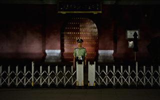 4月28日,就在習近平現身新疆視察部隊、武警之際,海外媒體曝光北京大批軍警走上街頭,中南海重要部門大門加固移動鐵欄杆,以防汽車炸彈。現在北京的氣氛與25年前的六四前夕有些類似。此前,中國大陸已經不斷加強公安、武警等的持槍巡邏。中共官場不少人都感覺:要出事了!(Photo by Feng Li/Getty Images)