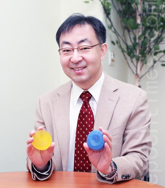 韩国化学博士、(株)UXN代表夫瀚吉发明的纯天然韩方香皂。(全宇/大纪元)