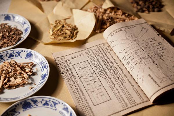 中国古代医书及中药材。(Fotolia)