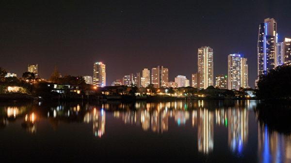 从世界各地而来的移民者,使黄金海岸成为澳洲东海岸的小联合国,是个名副其实广博且具包容性的城市。图为黄金海岸夜景。(尼尔森/大纪元)