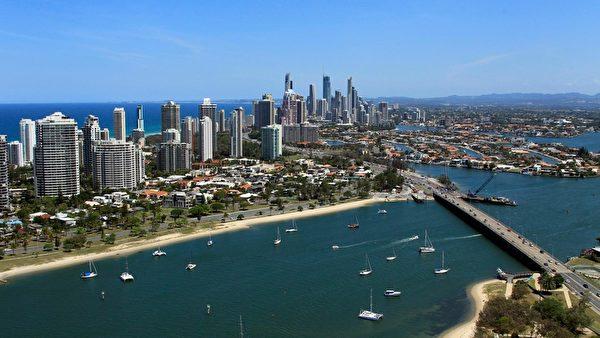 黄金海岸是澳大利亚昆士兰一座东南沿岸的海滨之城,北与府城布里斯本相邻,南与纽省堤维德岬(Tweed Heads)接壤,因绵延长达32公里的金色海滩而得名。(澳洲旅游局 Tourism Australia 提供)