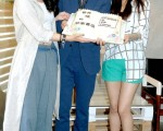 谢欣颖(左起)、李威、周采诗手持蛋糕,庆祝该剧成功行销28个国家、11平台串联。(华视提供)