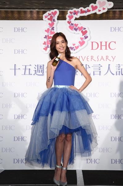 陳庭妮出席日系美妝週年慶暨代言人記者會,以代表自信美麗「外在」的表演。(DHC提供)