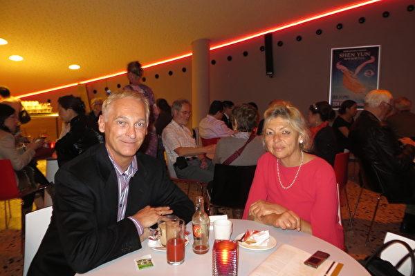 酒店老板,也是历史学家的William Fijnheer先生和太太Virineya Ivanova十分喜爱神韵演出(李云帆/大纪元)