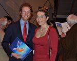 T-Mobile公司的商业战略师Martijn van den Heuvel和妻子一起欣赏了当晚的演出。他们表示他们是目不转睛地看完整场演出的。(Florian Godovits/大纪元)
