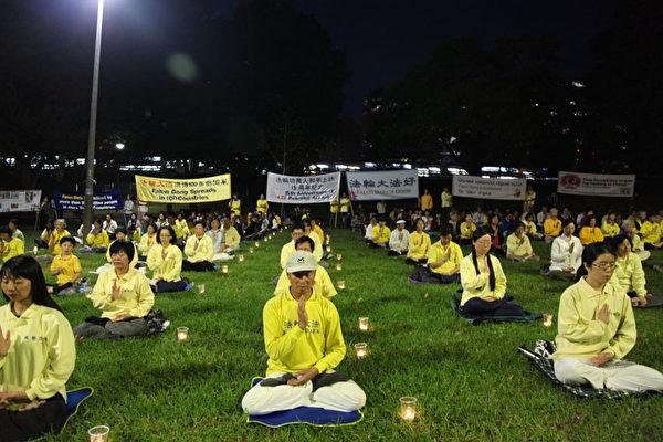 4月24日晚,悉尼近三百名法轮功学员在市中心广场举行4.25十五周年烛光纪念活动。(骆亚/大纪元)