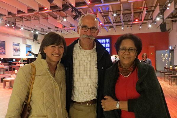 Hans Trebek先生(中)携亲友Pauline Trebek女士(左)以及Reine Willems-Trebek女士(右)一同观看了演出。演出结束后,他们对当天的演出赞不绝口。(李云帆/大纪元)