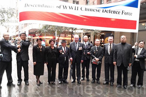 旅澳抗战将士后裔和澳洲退伍军人联盟副主席澳纽军团日组织者约翰-海纳斯先生一起(叶佩青/大纪元)