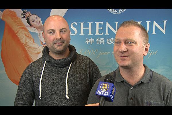 行销经理的Kristian Blackshaw先生和友人Robbert Beerens先生于当晚观赏了神韵的演出(新唐人截图)