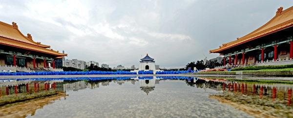 台灣法輪功學員4月26日在台北中正紀念堂舉行排字、煉功活動。(孫湘詒/大紀元)