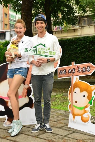 劉以豪與姚蜜呼籲民眾響應「蚤不到謝謝你給他一個家」流浪狗認養活動。(公關提供)