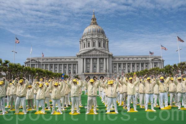 4月26日(週六),舊金山灣區的300多名法輪功學員在舊金山市政廳前的廣場,進行排字、煉功活動,以紀念「4‧25」和平上訪15週年。圖為排字後大家在煉功。(曹景哲/大紀元)