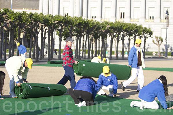 4月26日(週六),舊金山灣區的300多名法輪功學員在舊金山市政廳前的廣場,進行排字、煉功活動,以紀念「4‧25」和平上訪15週年。圖為排字前的準備工作。(馬有志/大紀元)