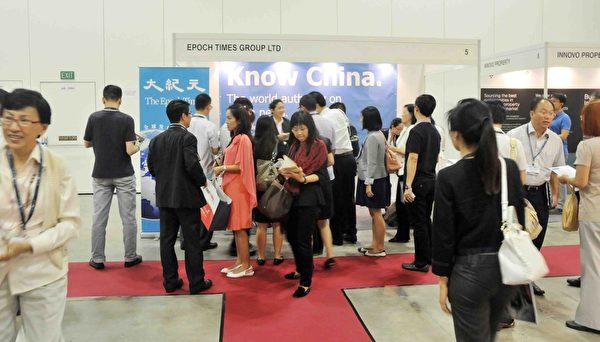 2014年4月24日,为期两天的新加坡OPPlive国际地产展,新加坡大纪元展位,吸引许多民众参观询问。(孙明国/大纪元)